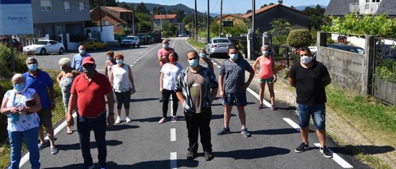 Protesta de los vecinos de Vilar de Infesta el pasado año para exigir que la reforma prevista  por la Diputación en la Estrada do Galleiro contemple aceras a ambos lados de la calzada.     // FDV