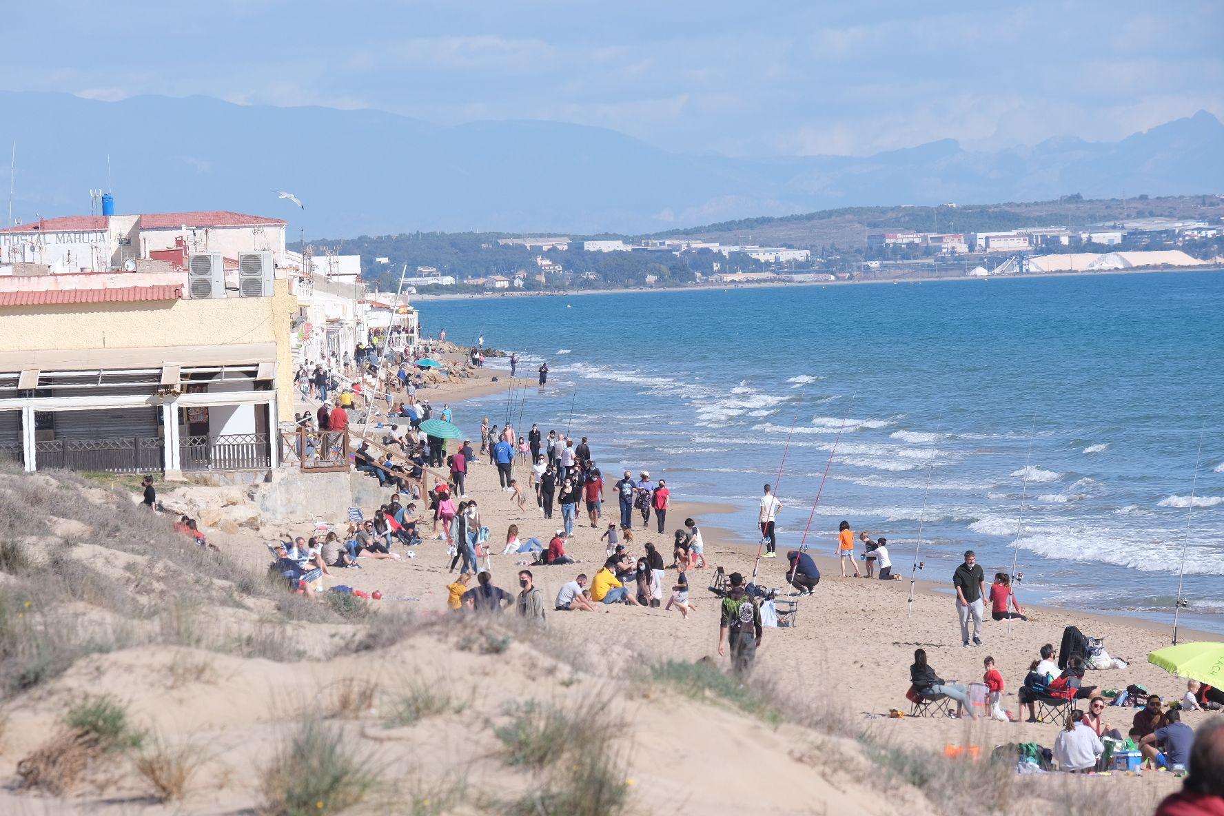 Domingo primaveral en Elche: Centenares de personas peregrinan a la playa de la Marina