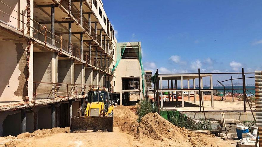 Tramitan de urgencia la retirada del amianto del hotel de Arenales