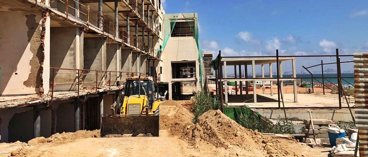 Una máquina trabaja esta semana en las inmediaciones del hotel de Arenales de forma previa al derribo de las ruinas. | INFORMACIÓN