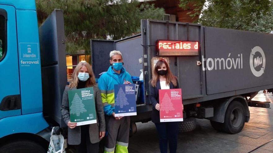 Camiones de reciclado recogen ropa, calzado y juguetes para Cáritas