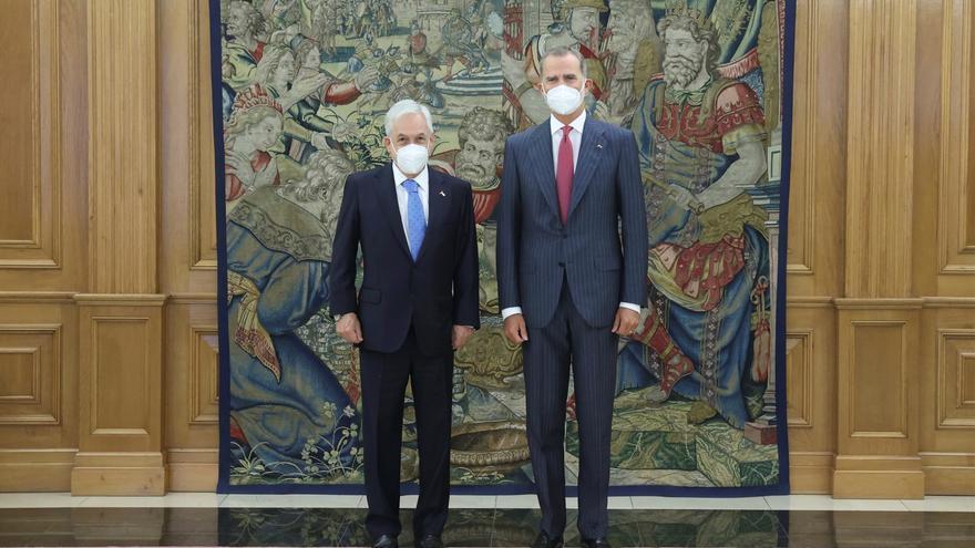 Felipe VI y Sánchez muestran ante el presidente de Chile su apoyo al proceso constitucional del país