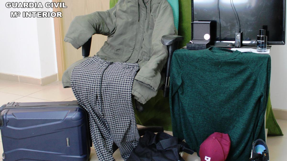 Imagen de los artículos recuperados por la Guardia Civil.