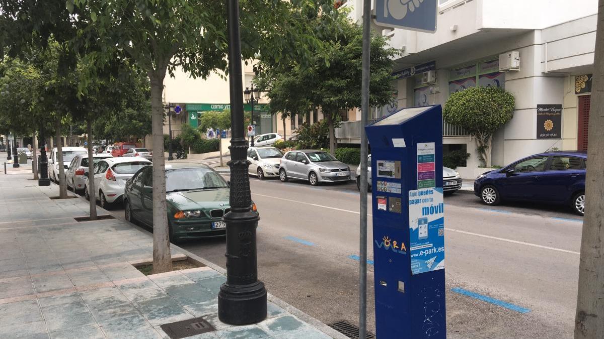 Vehículos estacionados en zona azul en el centro urbano de Marbella.