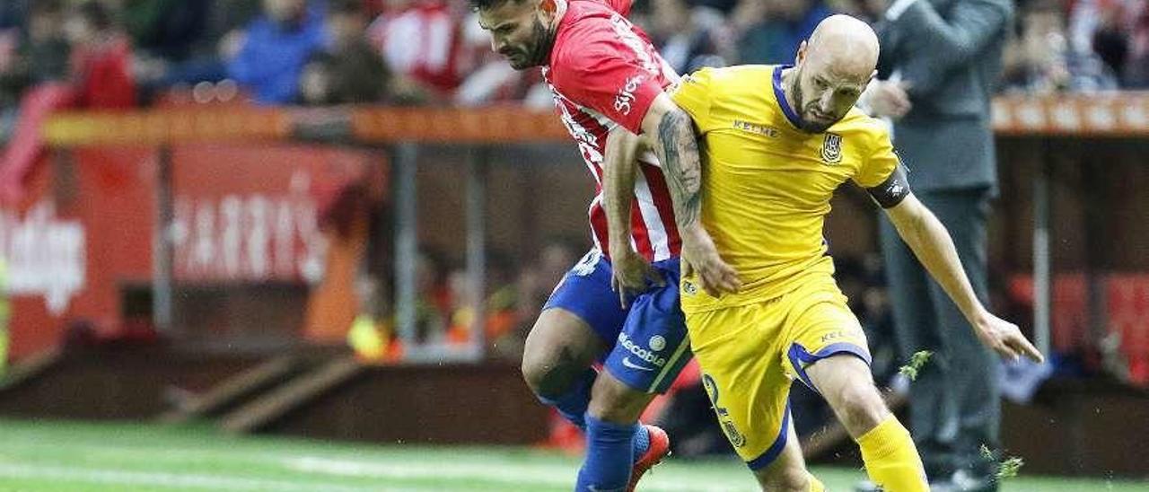 Laure pugna un balón con Rubén García, en el partido entre Sporting y Alcorcón de hace dos temporadas.