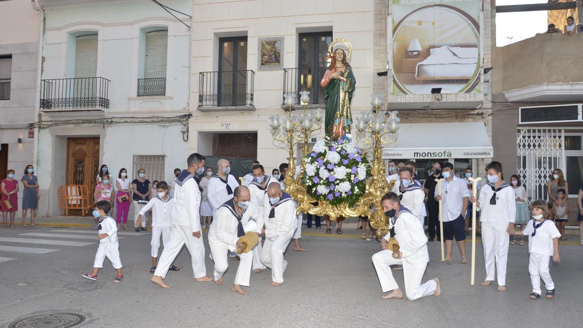 Momento en el que los marineros giran la imagen de la patrona de Moncofa, Santa María Magdalena, hacia el mar.
