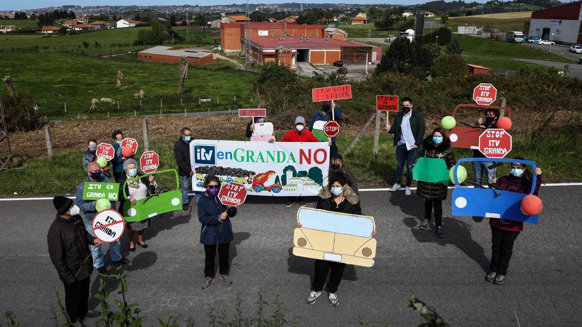 Vecinos de Granda, delante de los terrenos donde se prevé construir la estación de ITV.