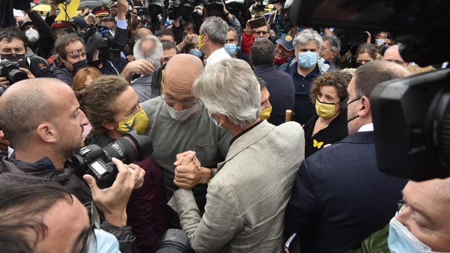 Eufòria i abraçades en la sortida dels presos del Procés de Lledoners