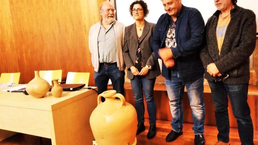 Restauran un ánfora del siglo II y piezas cerámicas de los alfares romanos de la Rana de Gata