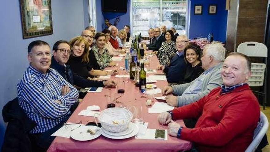 Un total de 25 exconcejales del PP celebran 40 años de democracia en los concellos