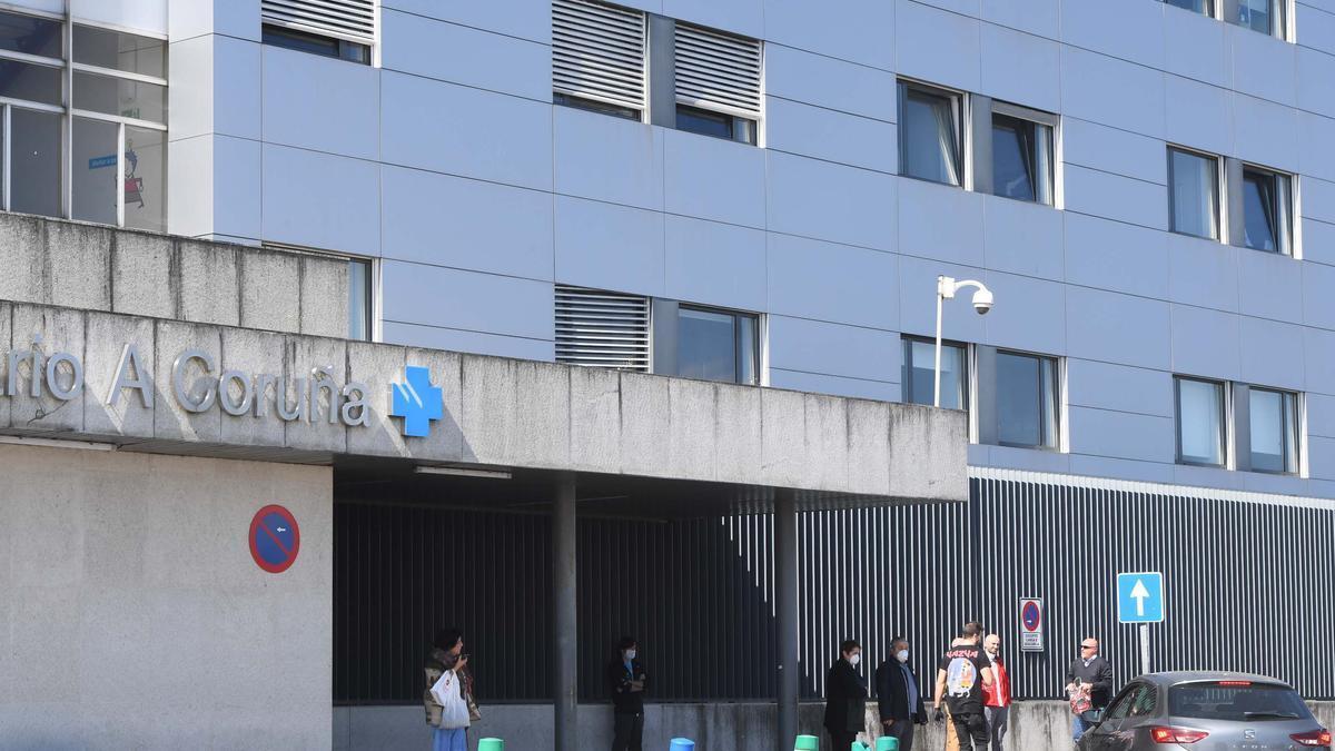 Uno de los accesos al hospital de A Coruña.
