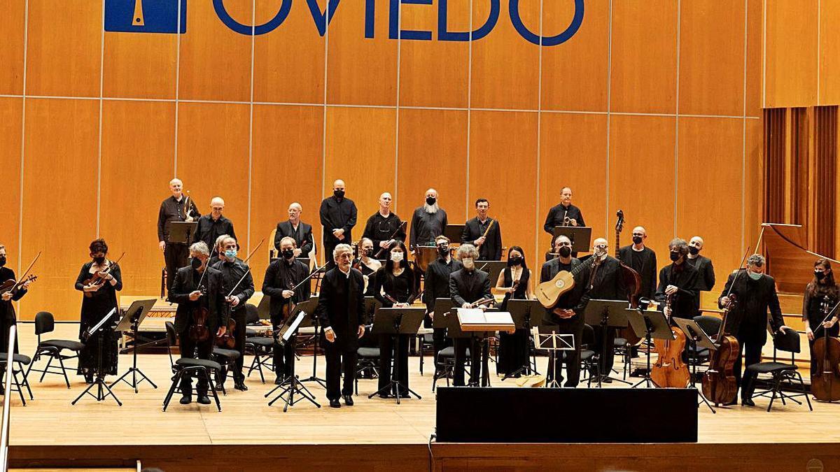 """""""El Concert des Nations"""", con Savall en el centro, al final del concierto de ayer en el Auditorio.   Beatriz Montes"""