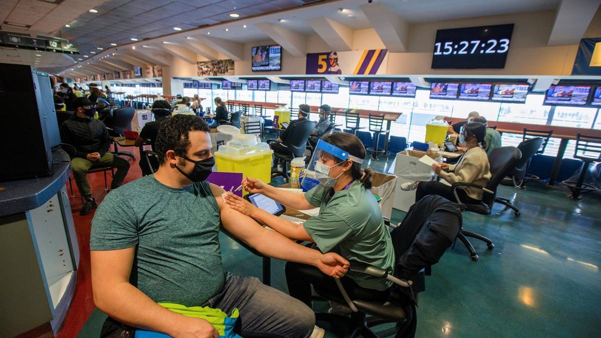 Un hombre siendo vacunado por una enfermera en Ontario, Canadá.