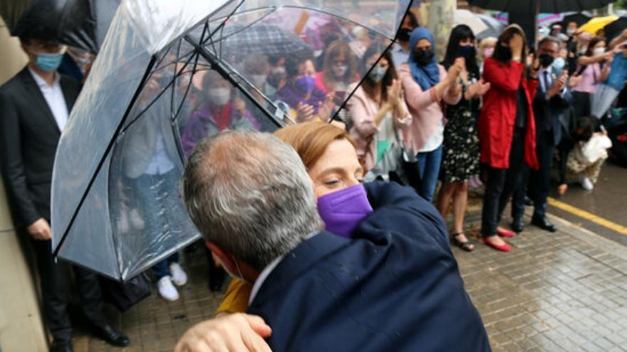 Carme Forcadell, després de sortir de Wad-Ras s'abraça amb el conseller d'educació, Josep González i Cambray.JPG