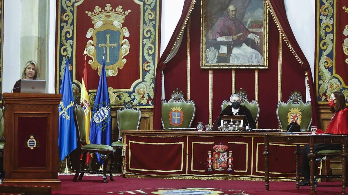Los tres únicos presentes en la ceremonia: por la izquierda, la conferenciante, María Río; el rector, Santiago García Granda, y la secretaria, Eva María Cordero, ayer, en el Paraninfo de la Universidad de Oviedo. | Julián Rus