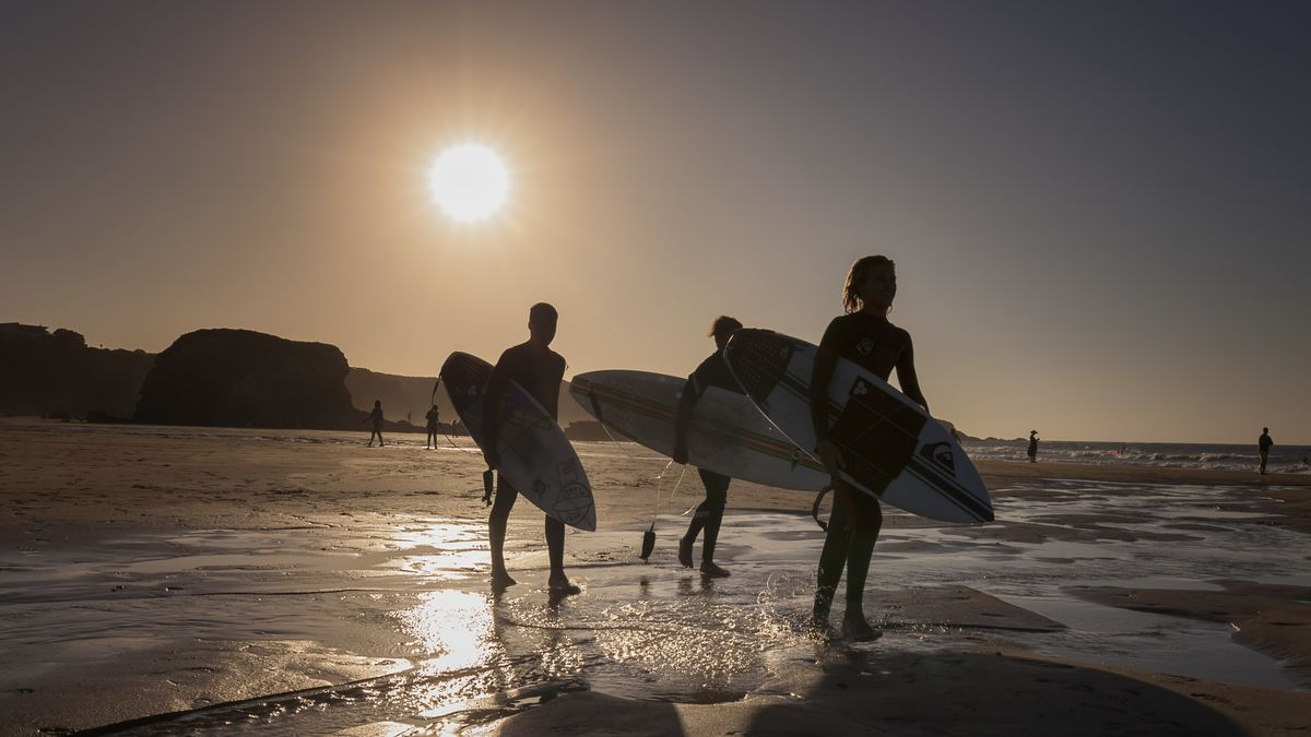 Surferos en la playa de Penarronda