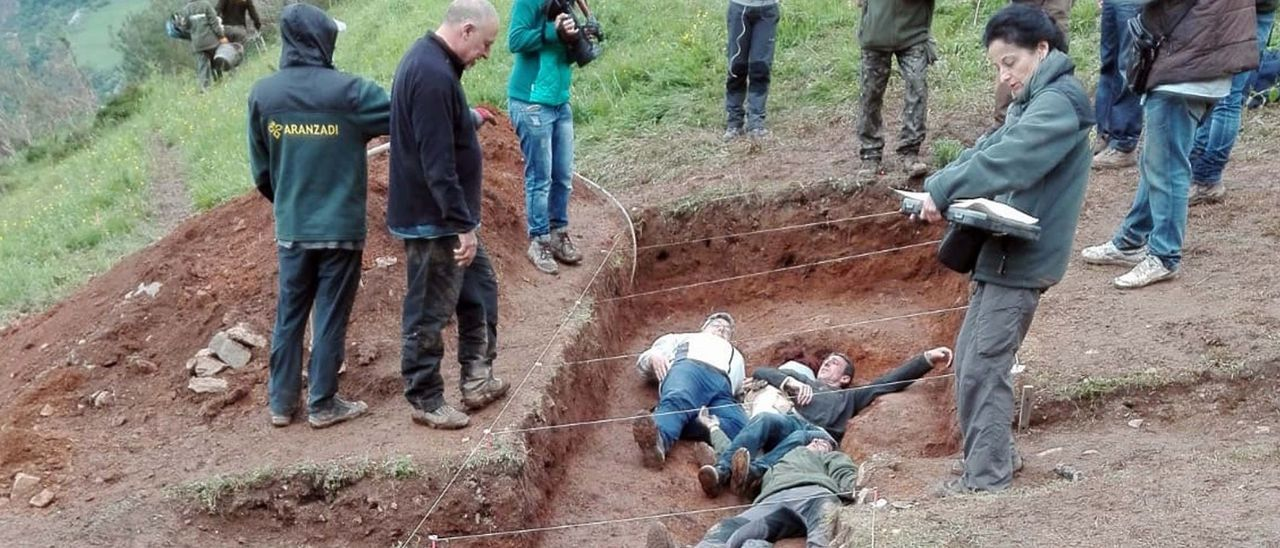 Recreación de cómo colocaron los cadáveres en la fosa común de Parasimón, en Lena.