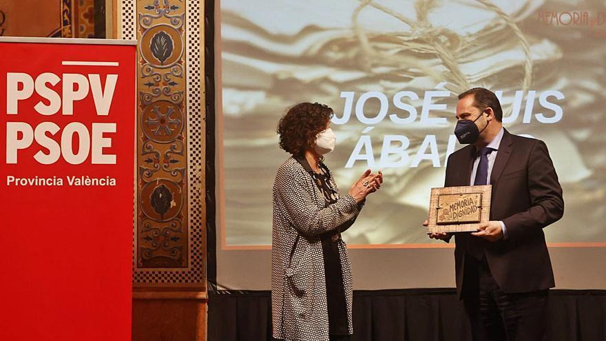 Ábalos recibe el premio «Memoria» del PSPV