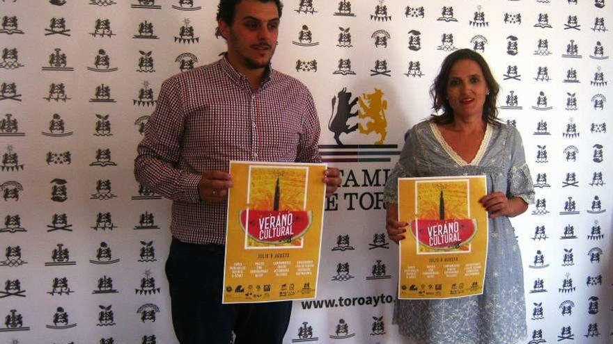 Tomás del Bien y Sara Pérez presentan el cartel anunciador del Verano Cultural de Toro.