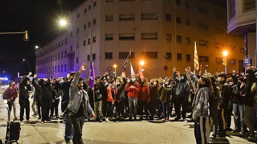 Una manifestació amb concert talla el centre de Manresa per Hasél