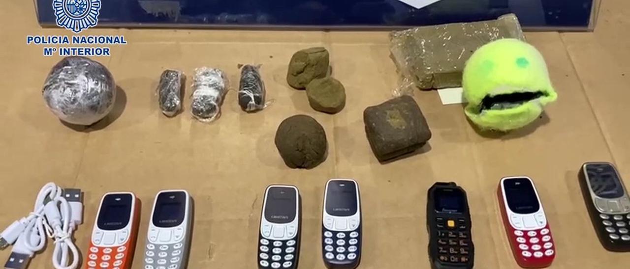 Hachís y miniteléfonos lanzados dentro de pelotas de tenis al patio de la prisión de Alalá Meco en mayo.