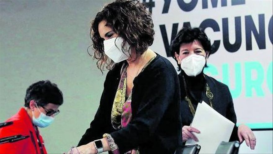 Montero, en primer término, seguida por las ministras de Educación, Isabel Celaá, y Exteriores, Arancha González-Laya. | | EFE