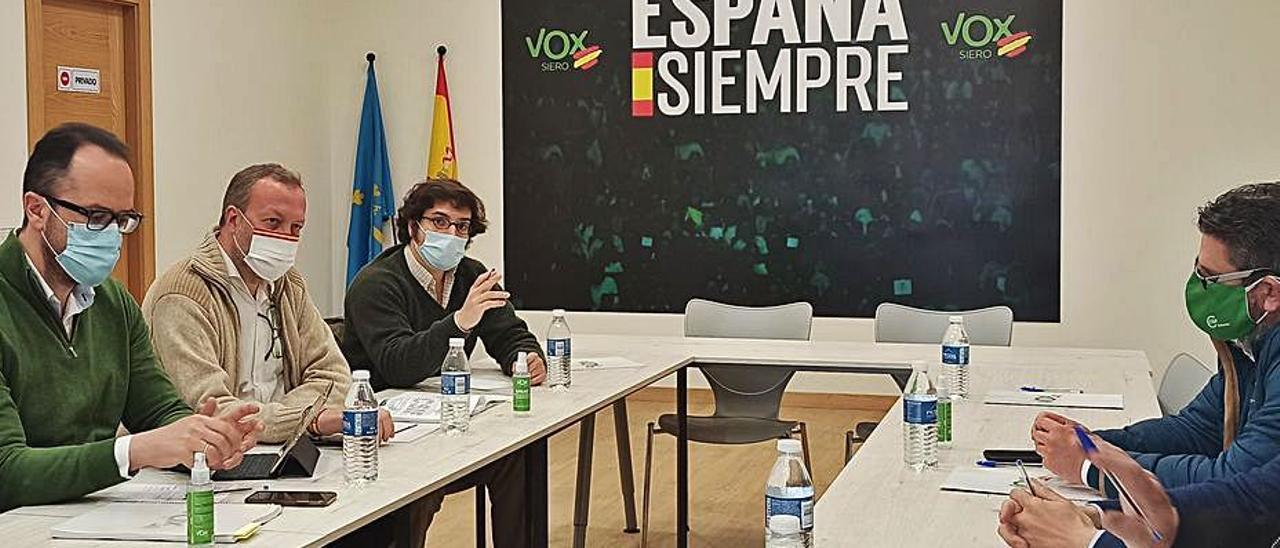 Por la izquierda, Ignacio Blanco, Juan Castilla y José María Figaredo, de Vox, ayer, durante la reunión con los representantes de CSIF en la sede polesa de la organización política. | S. A.