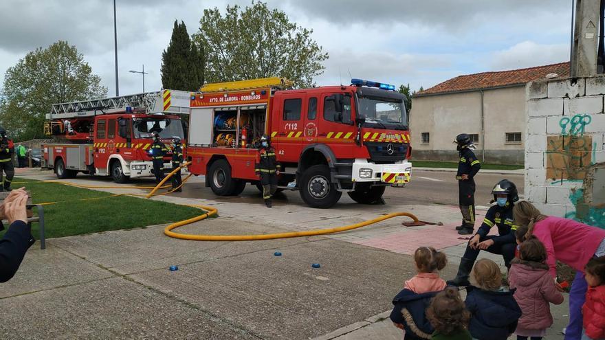 """Los """"parvulitos"""" reciben la visita de los bomberos de Zamora"""