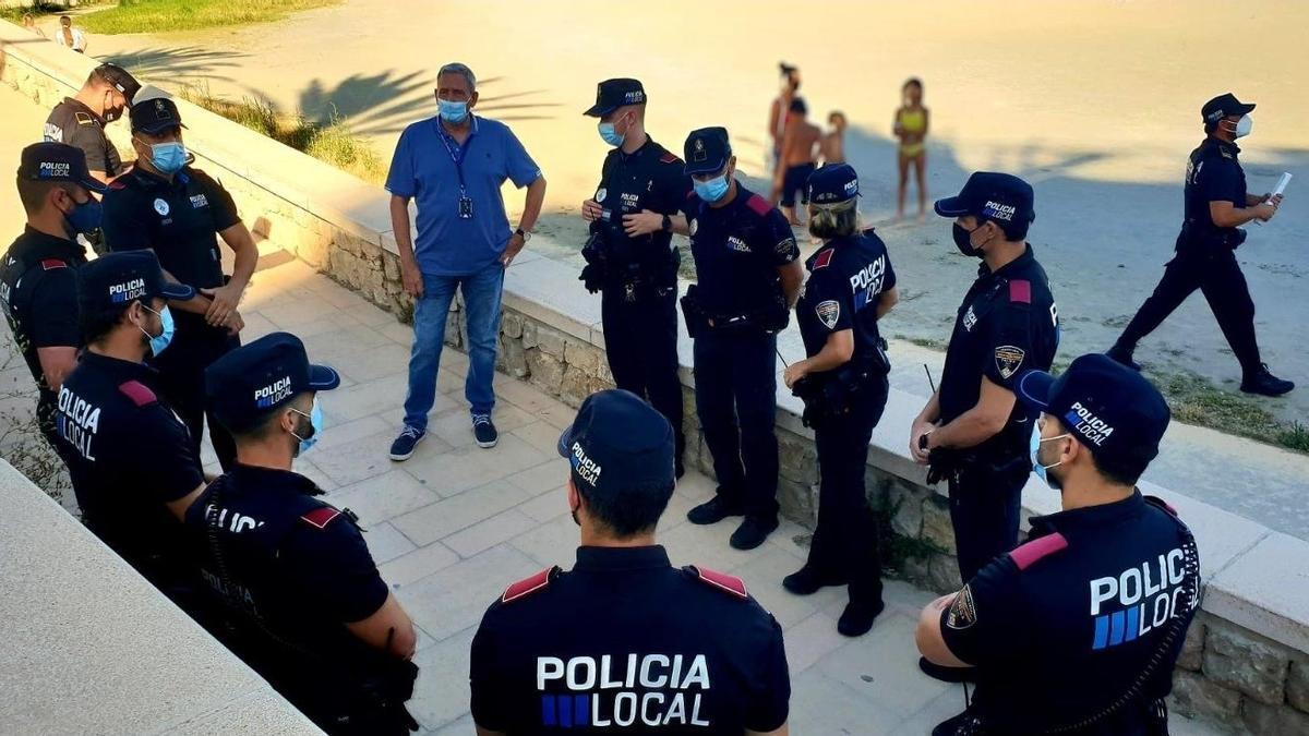 Agentes de la Policía Local en una playa de Palma en un dispositivo por la celebración de San Juan.