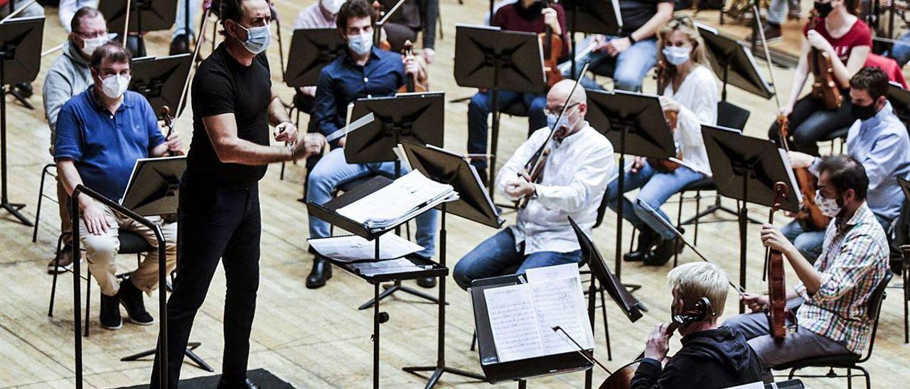 El director Andrea Morricone, ayer, dirigiendo la OSPA en el ensayo del concierto de hoy en La Vega.