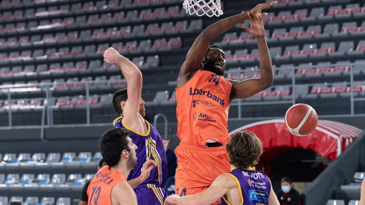 A Kabasele se  le escapa un balón en el partido que ganó el Oviedo Baloncesto hoy en Palencia (78-81)