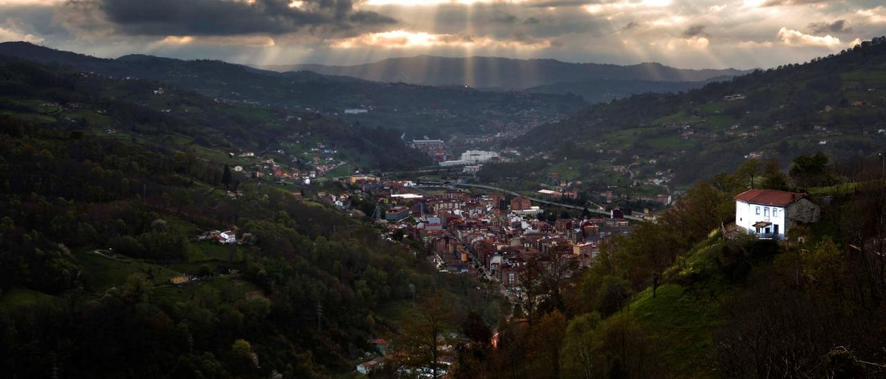 Una vista del valle del Nalón, con El Entrego en primer término