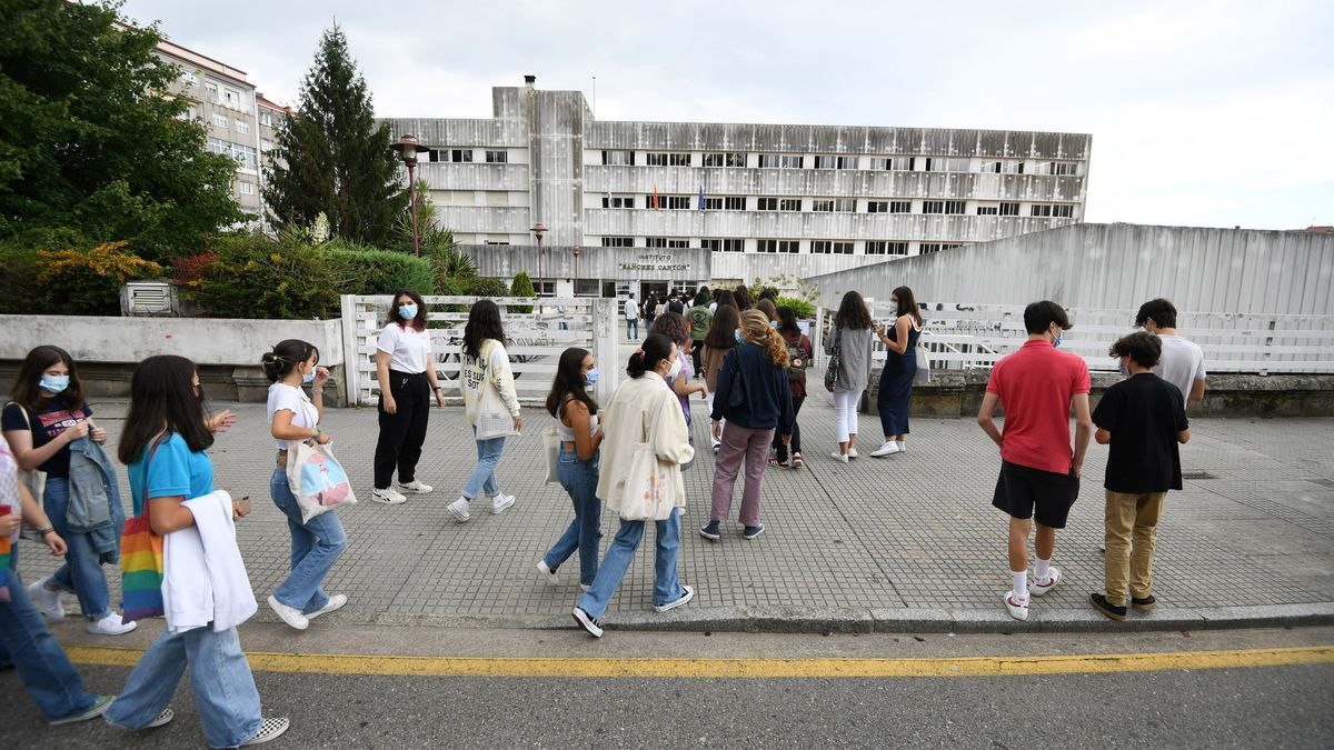 Estudiantes entrando al IES Sánchez Cantón en el primer día de clase.