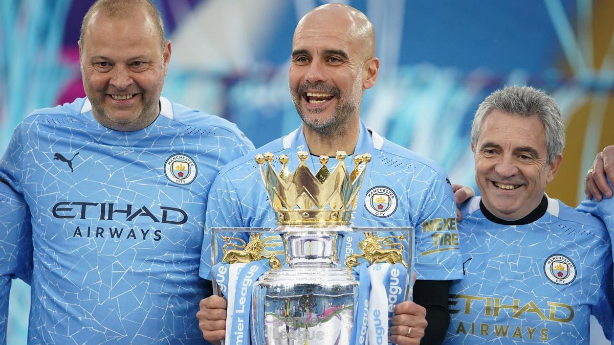 Guardiola, con el profeo de la Premier League conquistado por el Manchester City.