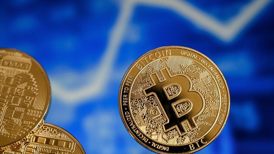 El bitcóin como moneda legal, una decisión que implica más riesgos que ventajas