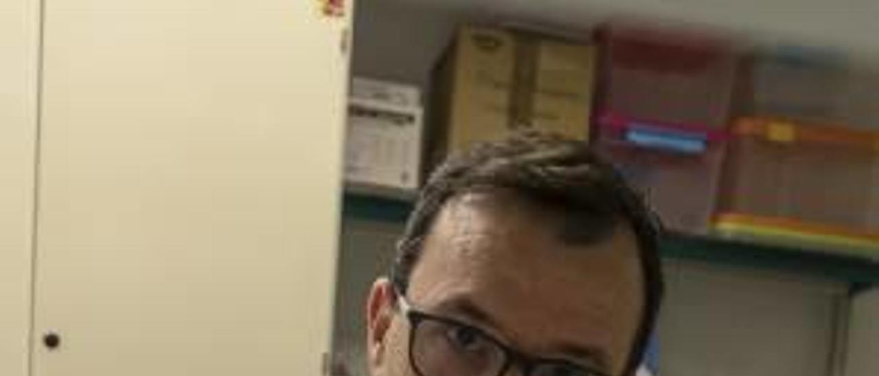 Luis Pérez ayer en su laboratorio.