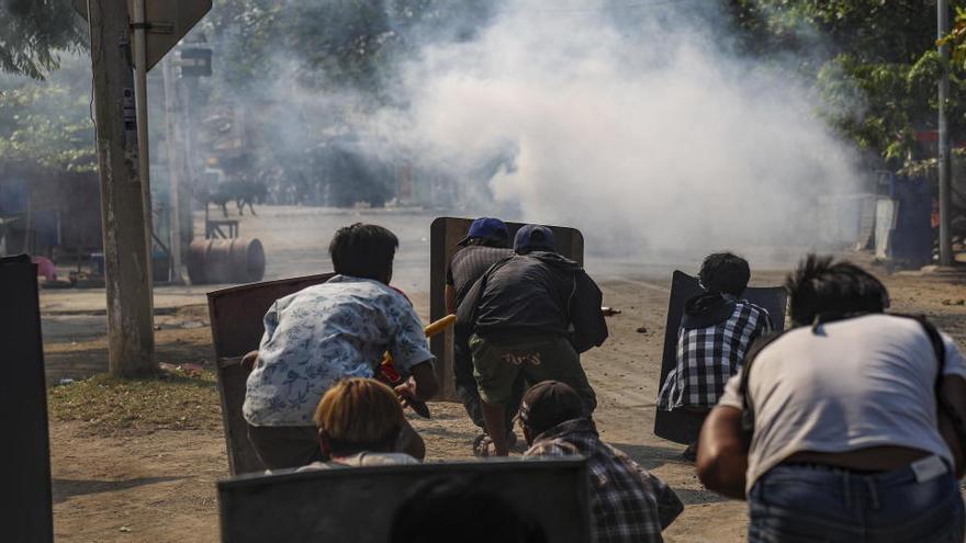 La policia mata almenys deu persones en les protestes contra el cop a Birmània