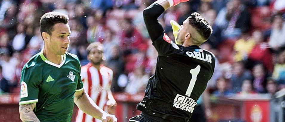 Rubén Castro supera a Cuéllar para marcar al Sporting en el último partido de la temporada 2016-17.   LNE
