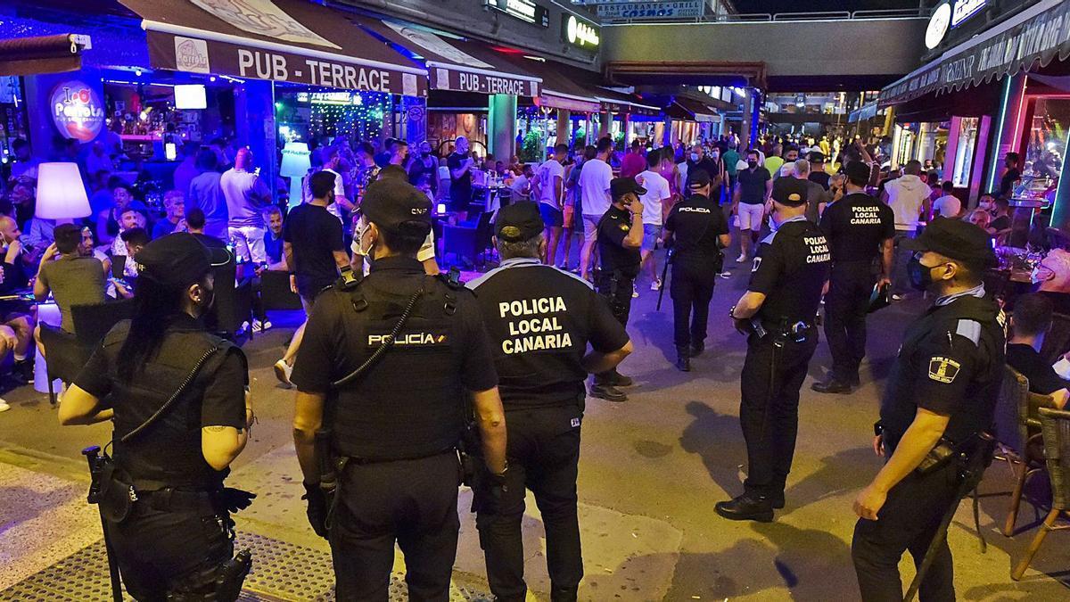 La policía inteviene en las aglomeraciones del pasado fin de semana en el centro comercial Yumbo de Playa del Inglés. | | ANDRÉS CRUZ