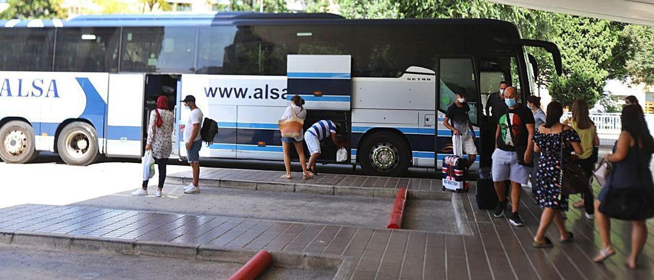 Usuarios de un autobús, la pasada semana en la estación intermodal de Gandia.