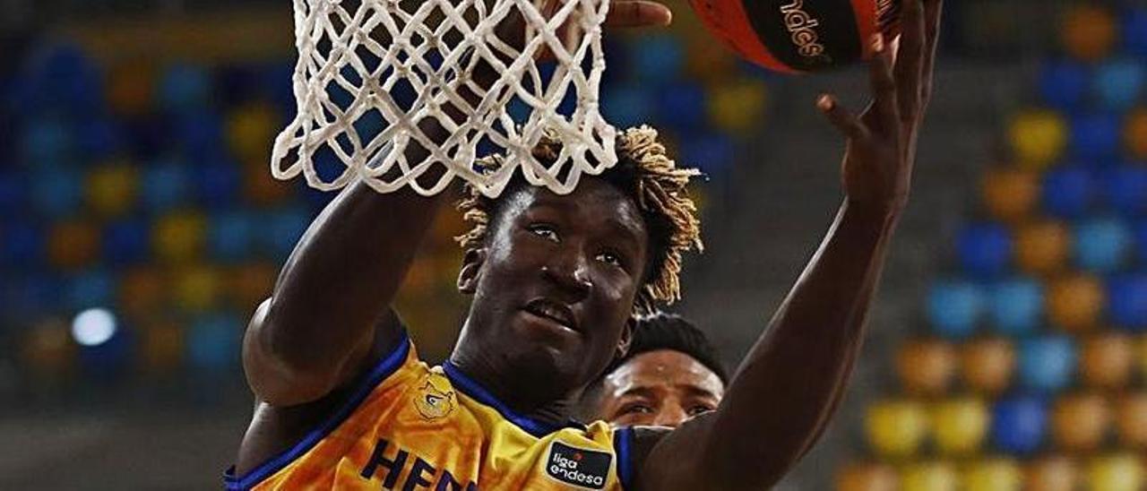 Khalifa Diop captura un rebote en el último partido ante el Burgos.     ACB PHOTO