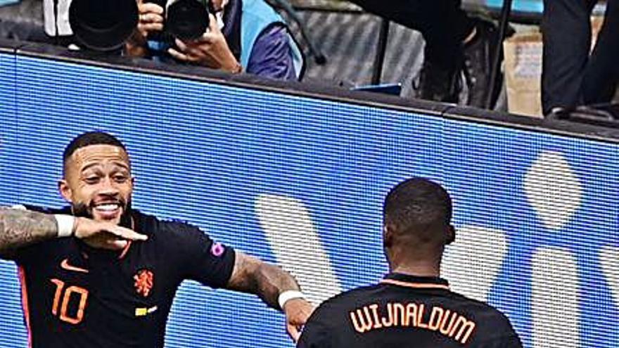 Depay marca el seu primer gol 'blaugrana' amb Països Baixos i Wijnaldum en fa dos