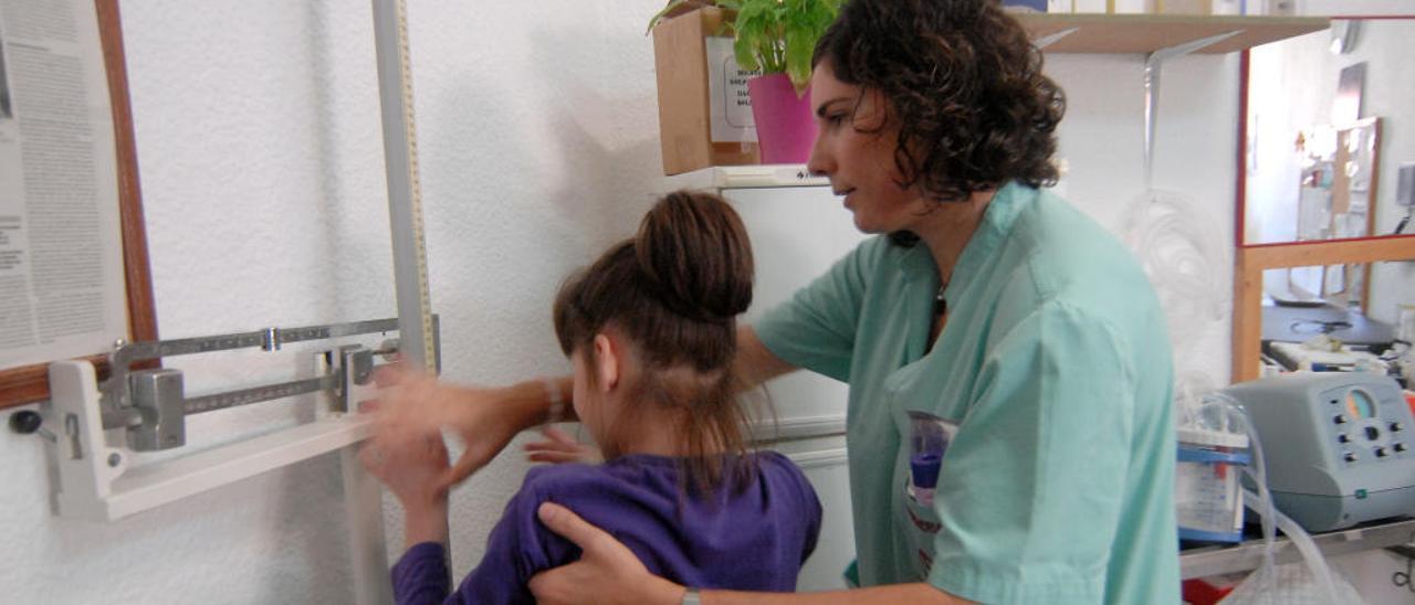 Imagen de archivo de una enfermera escolar en un centro de alumnos con discapacidad que dispone de un profesional de la salud en horario escolar.