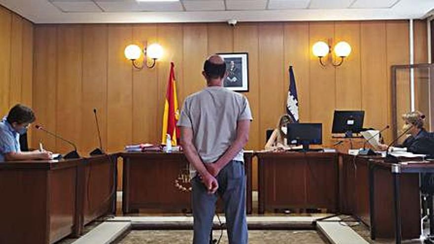 Condenado por agredir a cuatro agentes en Palma al grito de  «te voy a pegar el coronavirus»