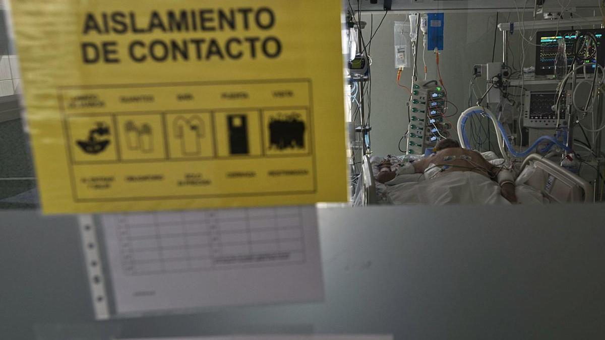 Un paciente ingresado en la Unidad de Cuidados Intensivos (UCI) del Hospital Santa Lucía de Cartagena.