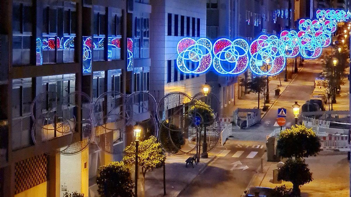La calle Zaragoza ya se iluminó anoche con las luces de Navidad.