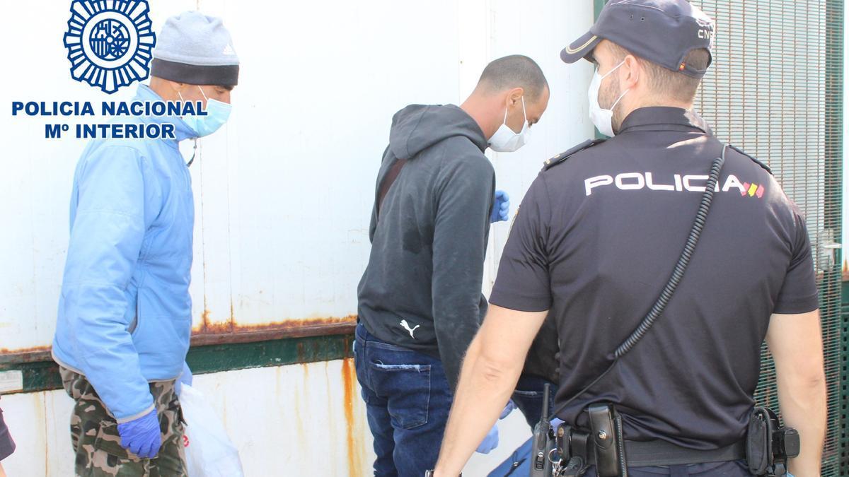 Los acusados, custodiados por agentes de la Policía Nacional