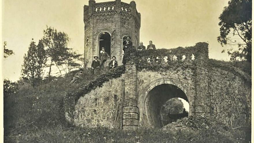 """El """"Castillín"""", una construcción en Somió que lleva años abandonada y sepultada por la maleza"""
