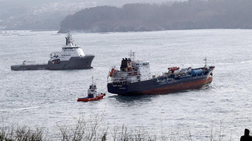 El 'Blue Star' llega al puerto exterior de Ferrol
