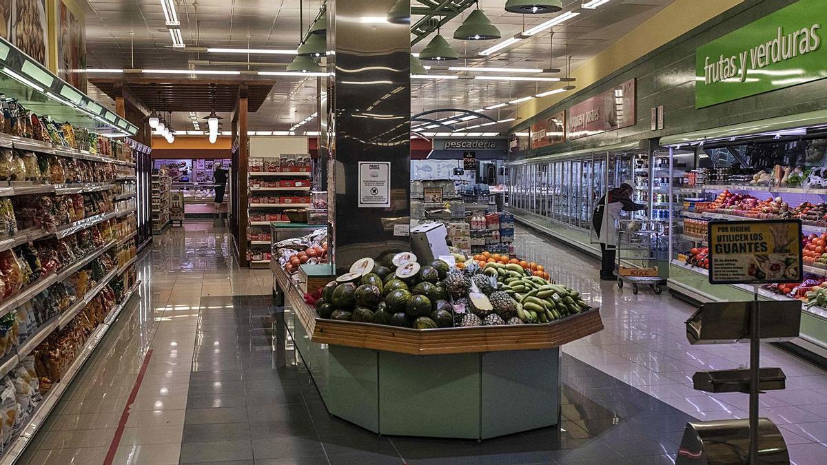 Trabajadores de un supermercado de la capital aprovechan a partir de las 20.00 horas para reponer ante la falta de clientes